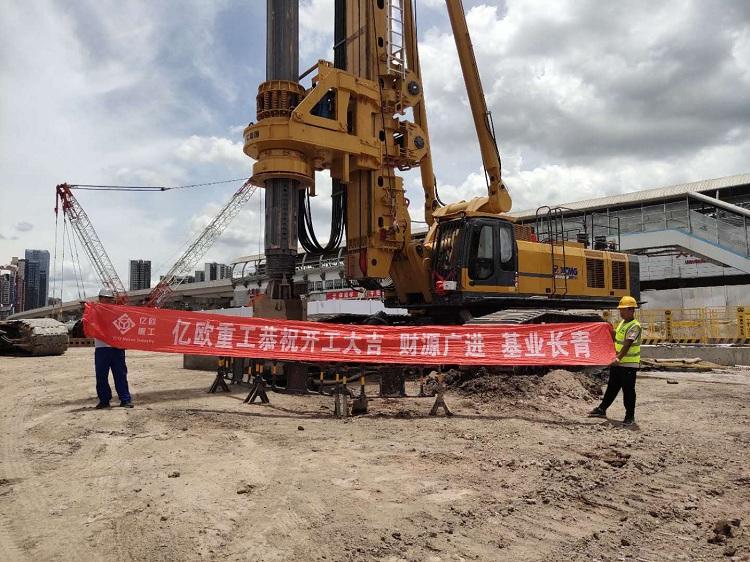 亿欧首页bob配套徐工新品XR580HD旋挖在广东深圳轨道交通工地施工